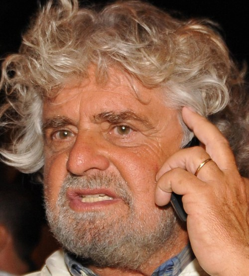 Beppe Grillo passeggia per le vie del centro di Messina