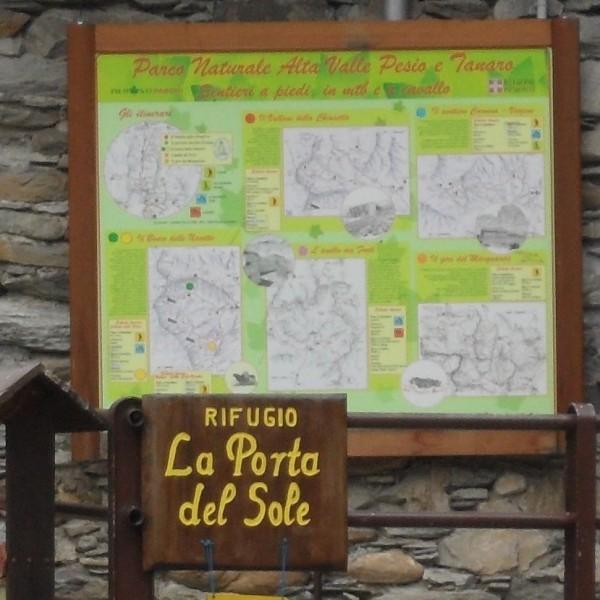 Upega, la bacheca dell'Alta Val Tanaro e il cartello de rifugio privo di informazioni utili