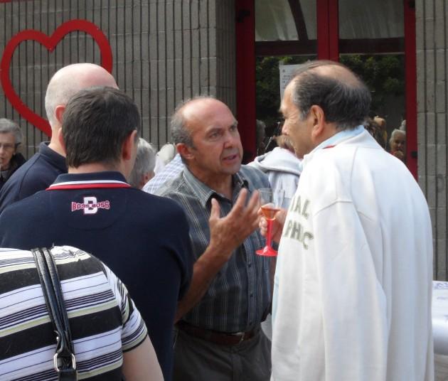 Ormea: il vice sindaco Roatta sul piazzale  della Sala Società Operai discute con un concittadino