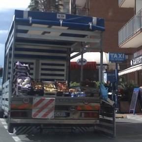 A Borghetto S. Spirito frutta e verdura, con automezzo parcheggiato, su una corsia dell'Aurelia, ottimi affari in poche ore e indisturbati