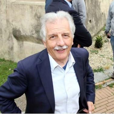 Pietro Revetria ripreso mentre fa il suo ingresso al Fortino di Albenga per l'arrivo del plenipotenziario di Berlusconi, il giovane Tori