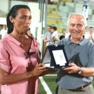 Don Gianni premiato da Lucia Leone