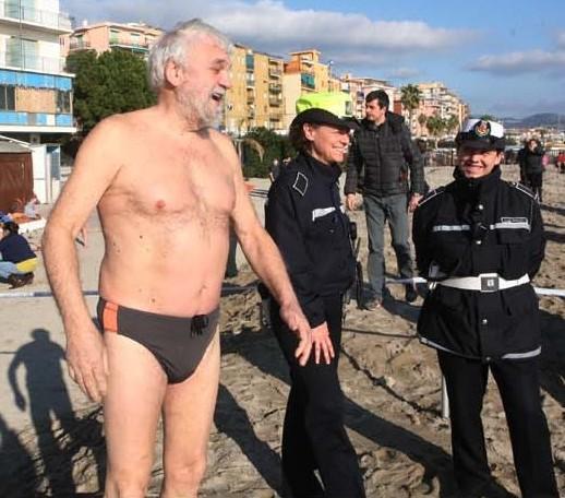 Gianni Gandolfo non è un sindaco in mutande, ha partecipato in pieno inverno al cimento invernale ammirato anche dalle vigilesse. Un po' di Humor non guasta !