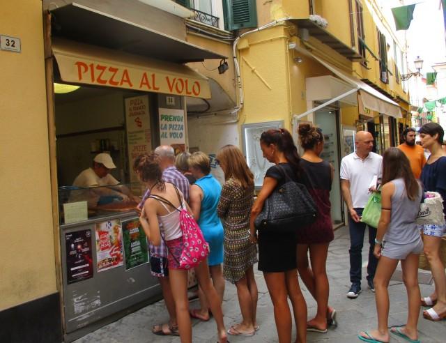 ALASSIO IN CODA PER PIZZA AL VOLO